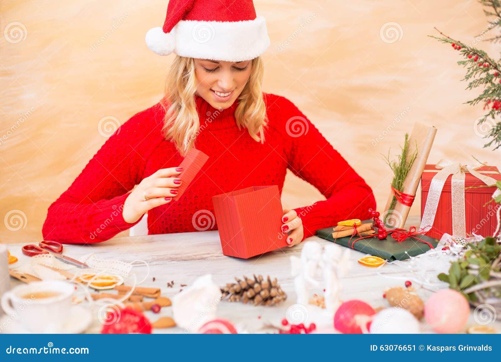 Download Femme Préparant Des Cadeaux De Noël Image stock - Image du créateur, image: 63076651