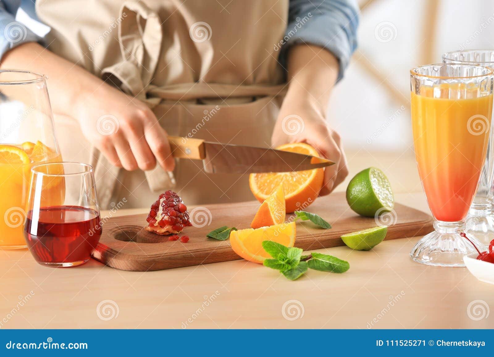 Femme préparant le cocktail de lever de soleil de tequila