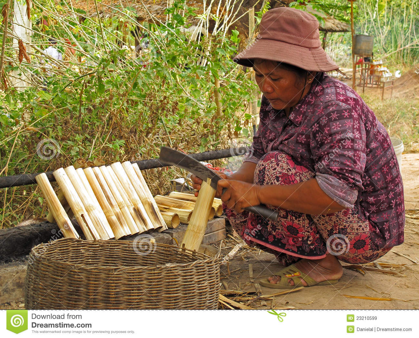Femme préparant le riz collant