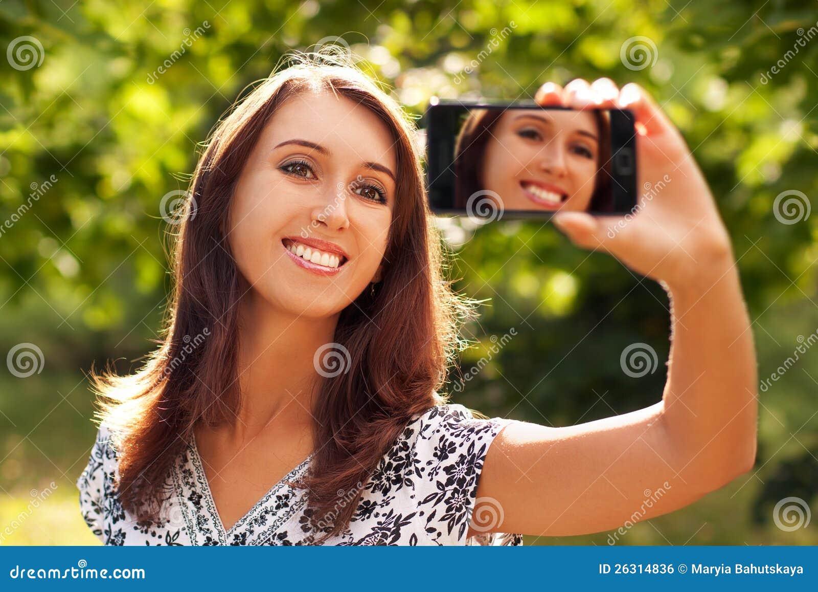 Femme prenant l autoportrait avec l appareil-photo de téléphone