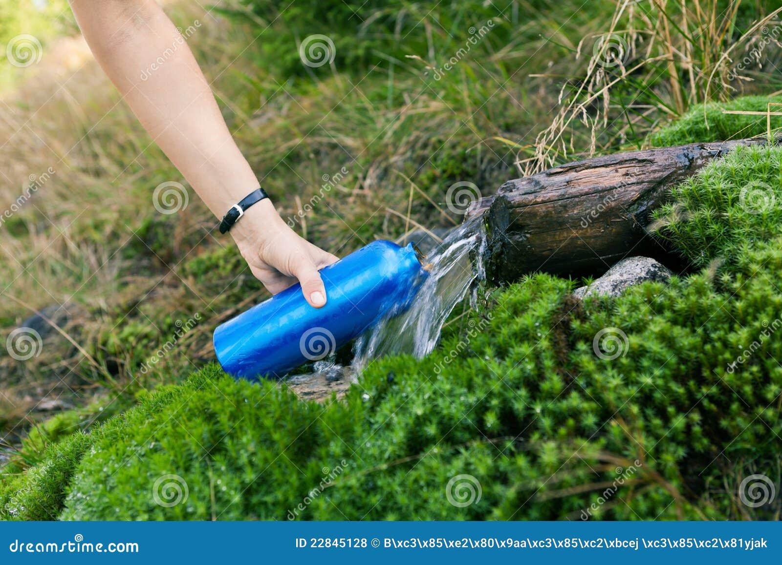 Femme prenant l eau de la source
