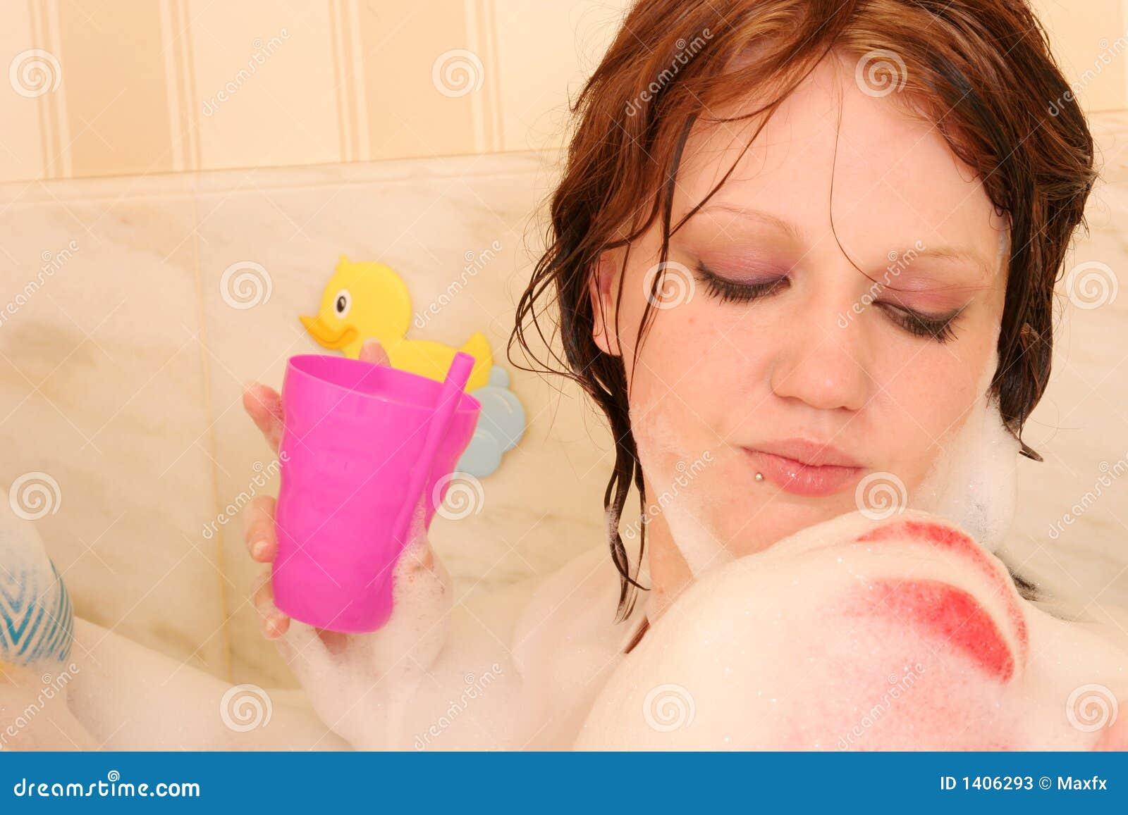 Femme prenant le bain de bulle