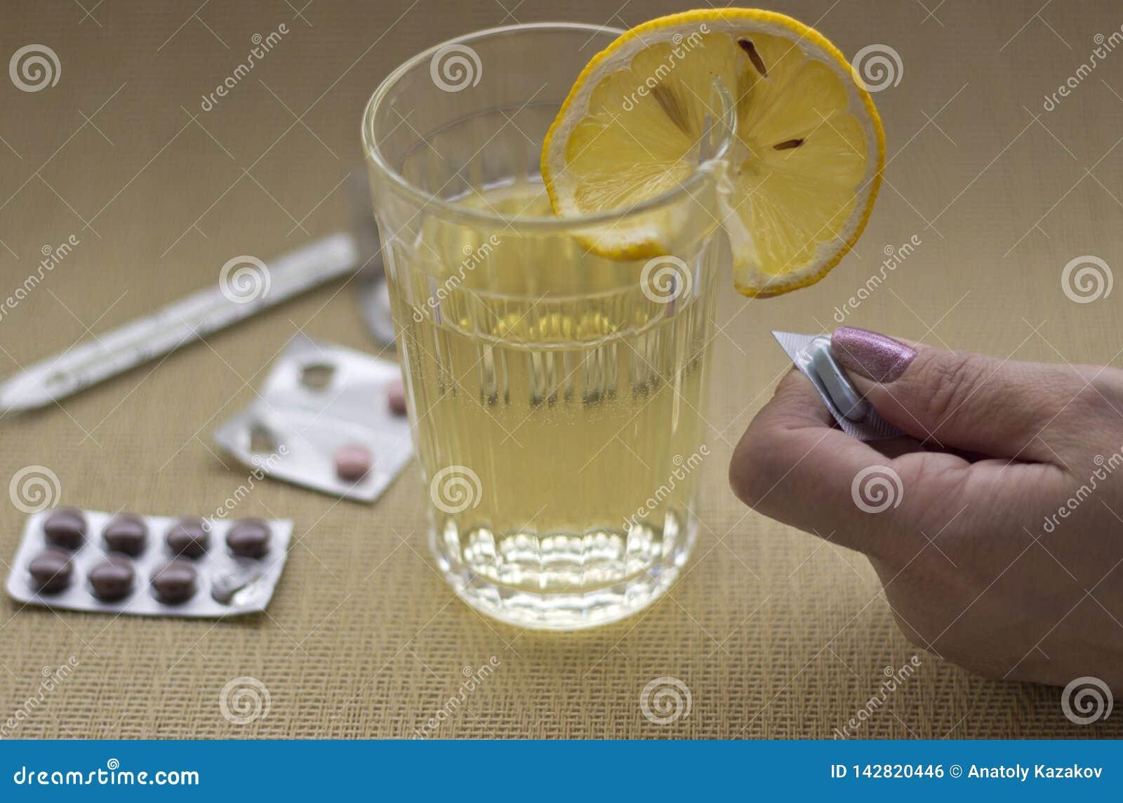 Femme prenant le médicament