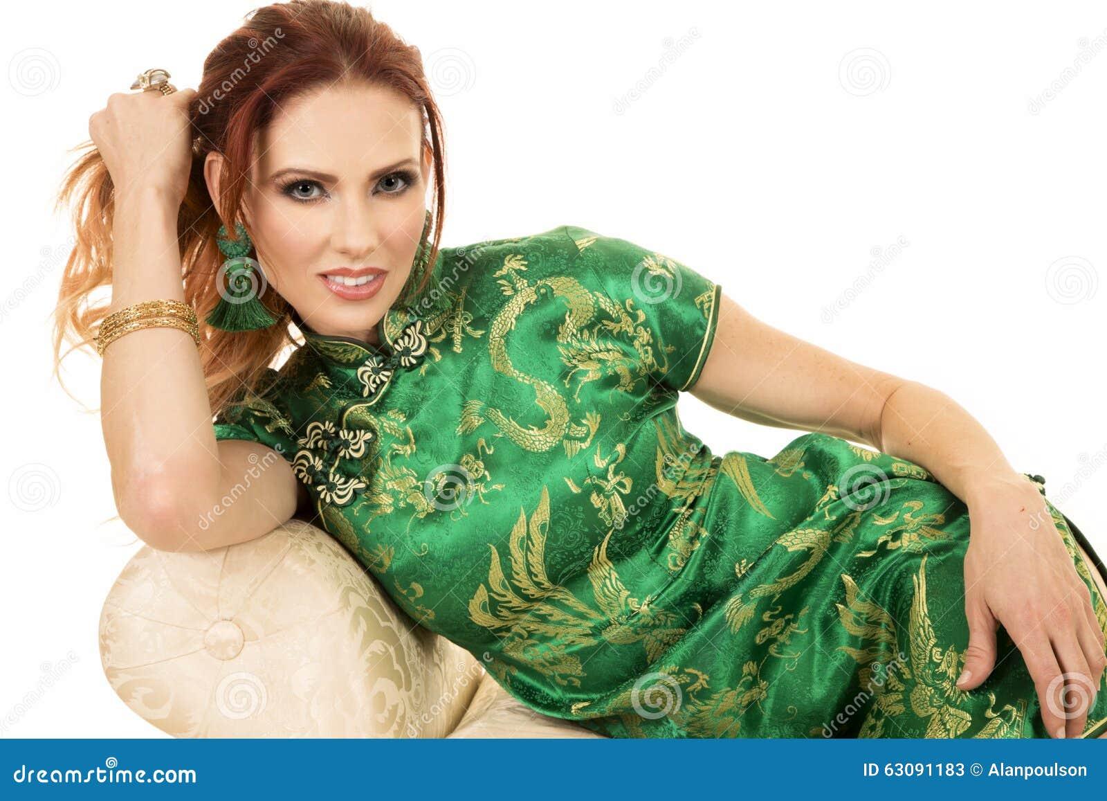 Download Femme Principale Rouge Dans La Robe Asiatique étroite Sur Le Sofa Image stock - Image du culture, femelle: 63091183