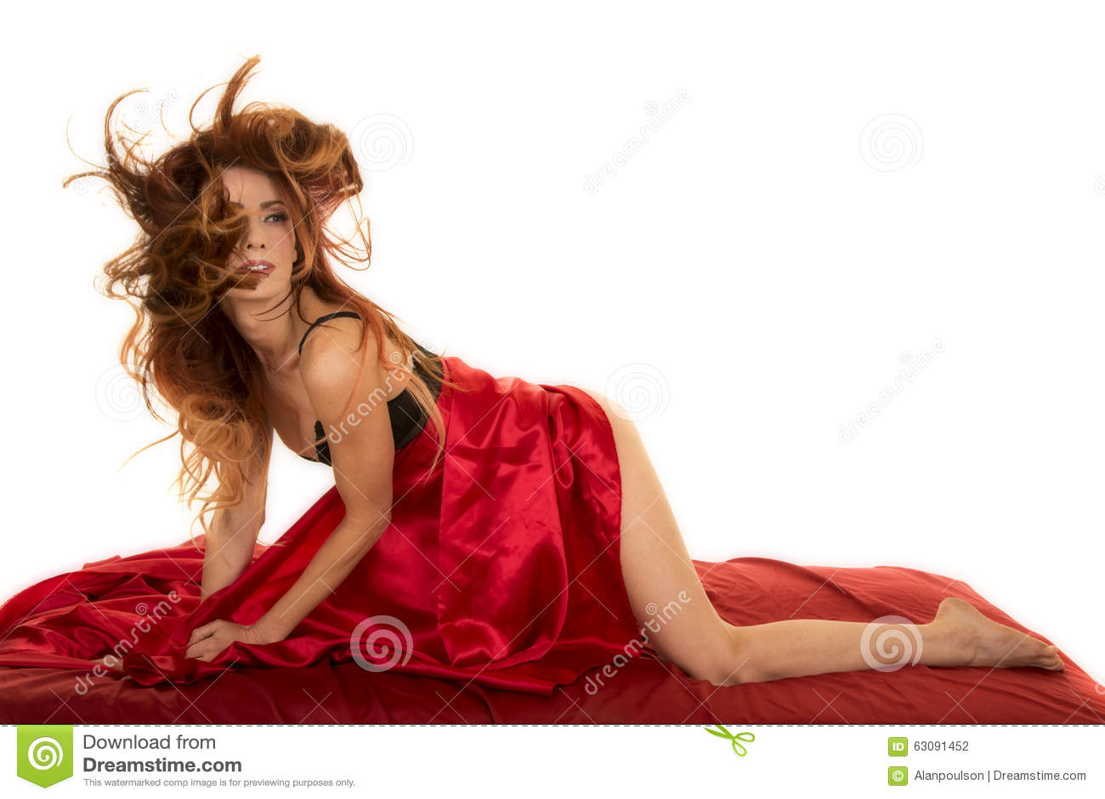 Download Femme Principale Rouge Dans Les Cheveux Rouges De Feuille Dans Le Visage Photo stock - Image du nightgown, magnifique: 63091452