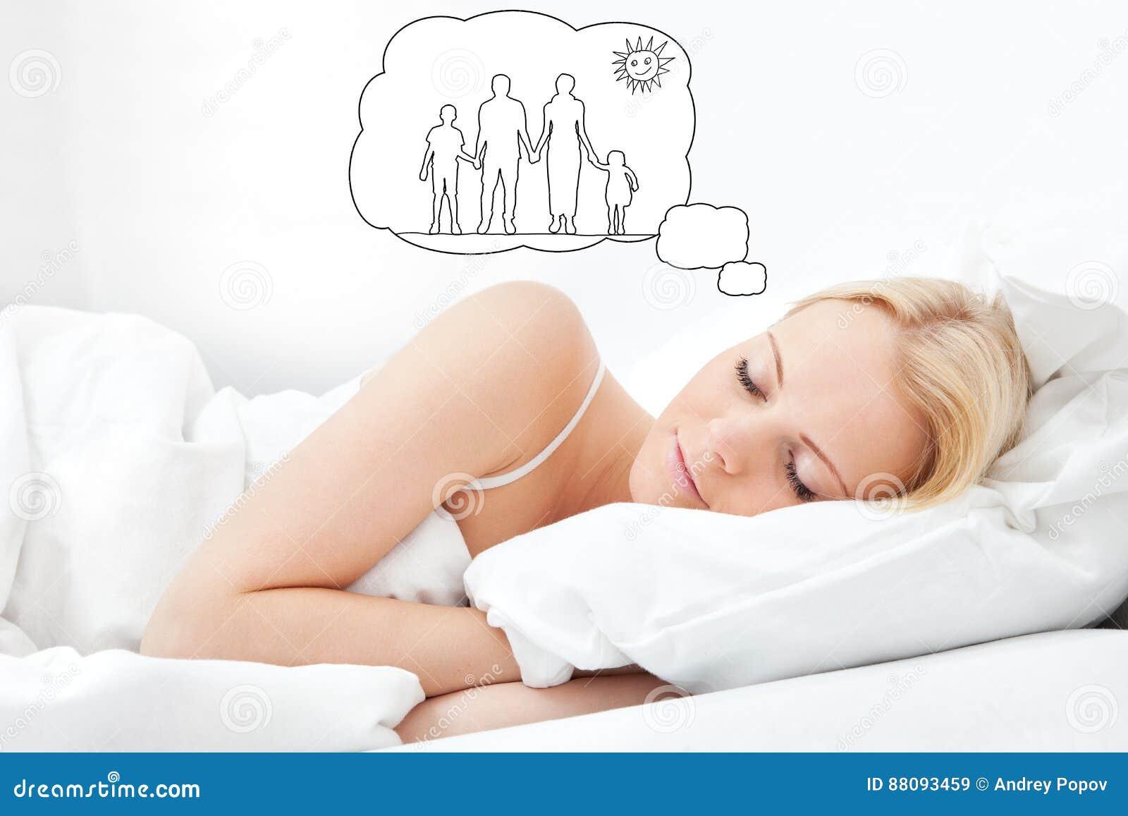 Femme rêvant de avoir la famille ensemble
