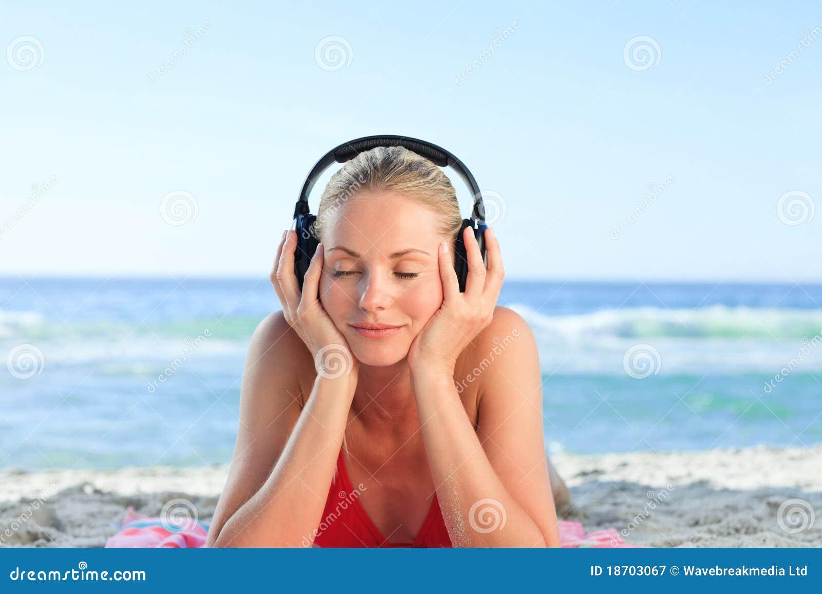 Femme radiant écoutant de la musique