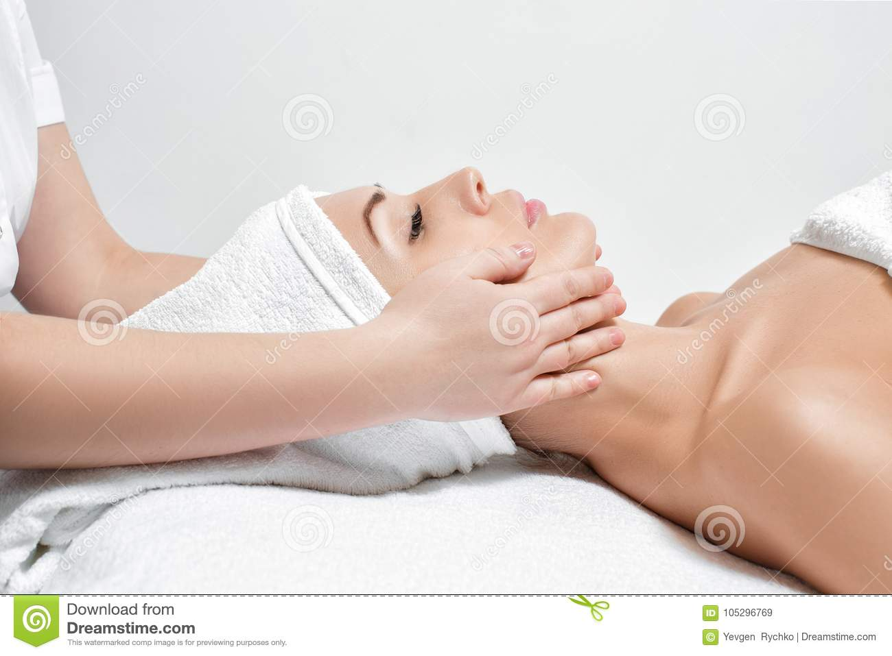 Femme recevant le massage facial au salon de station thermale