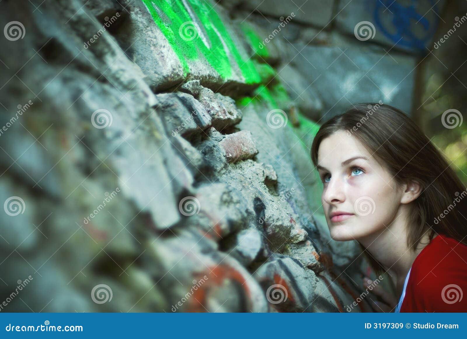 Femme recherchant le mur en pierre