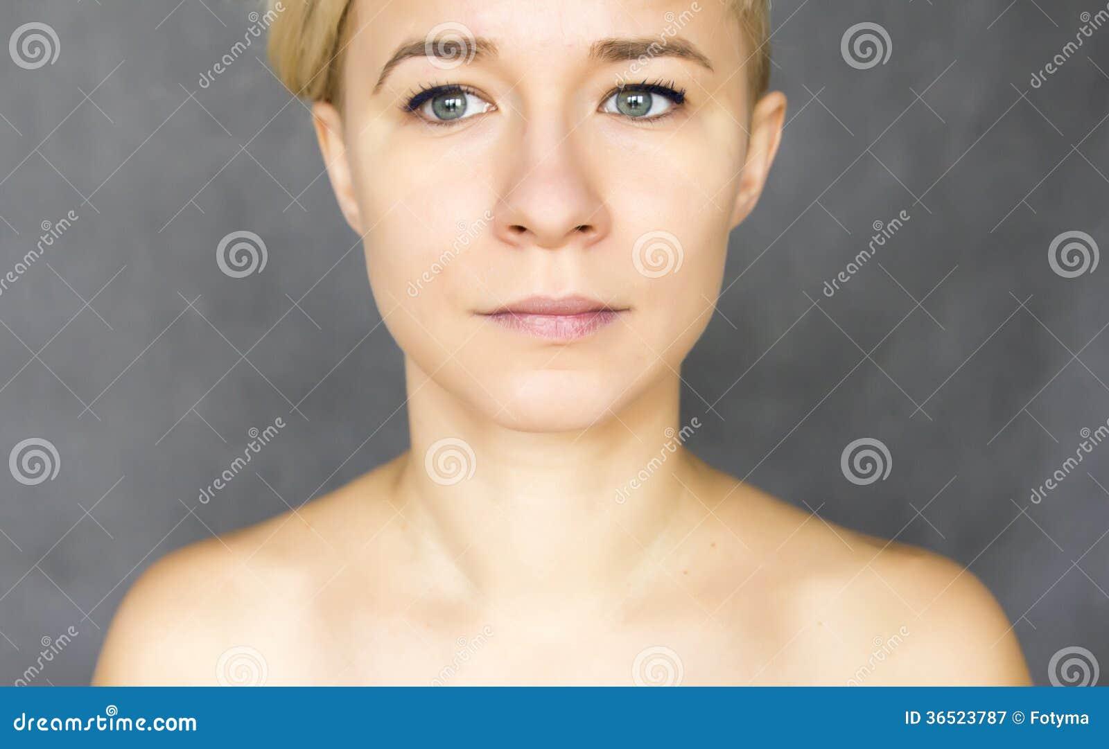 Femme regardant de côté