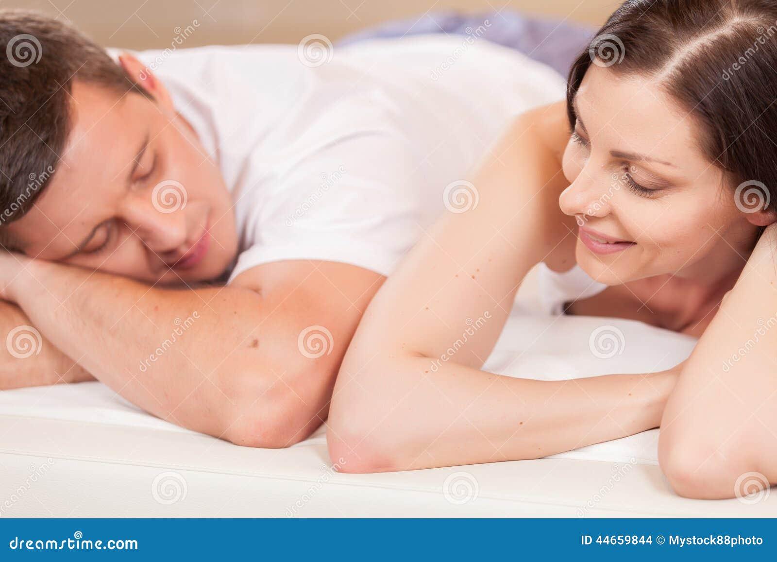 Femme regardant l homme et se situant dans le lit
