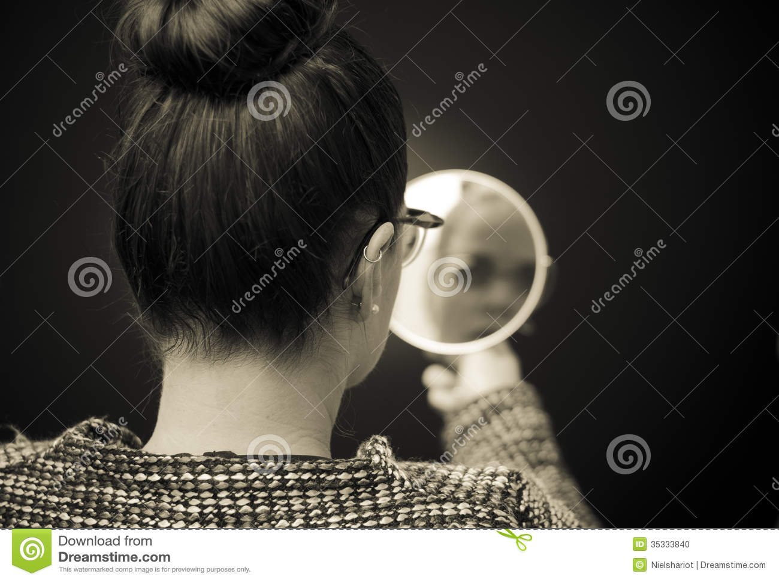 Femme regardant la réflexion d individu dans le miroir