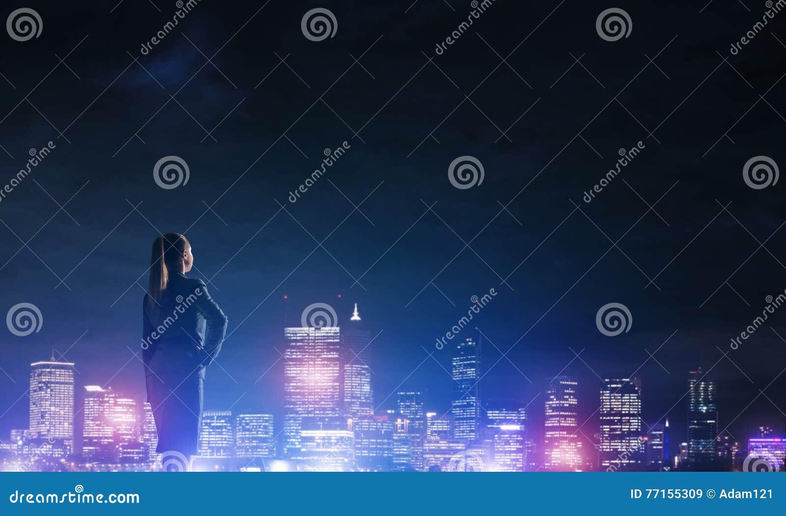 Femme regardant la ville de nuit