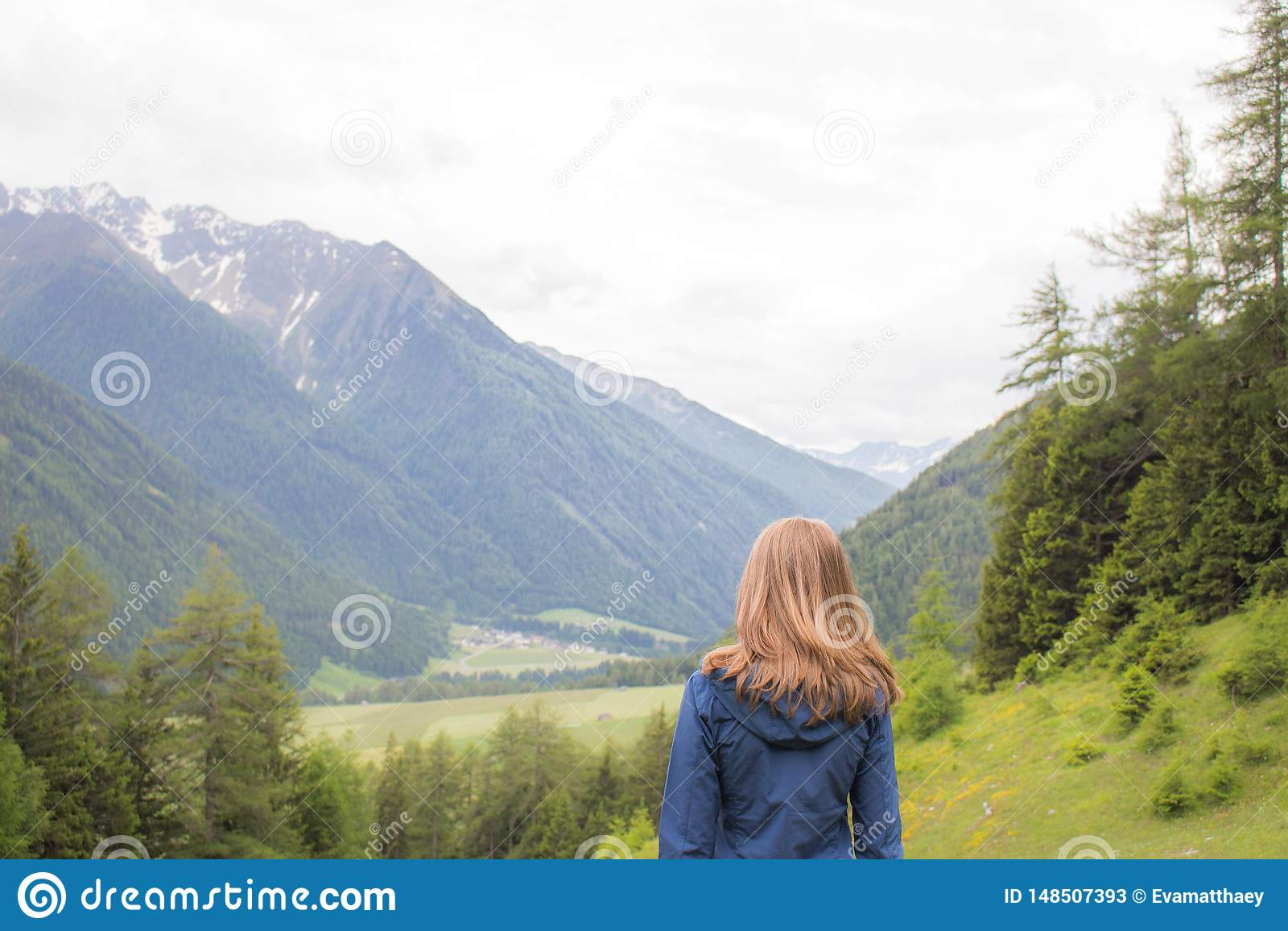 Femme regardant les montagnes en Autriche