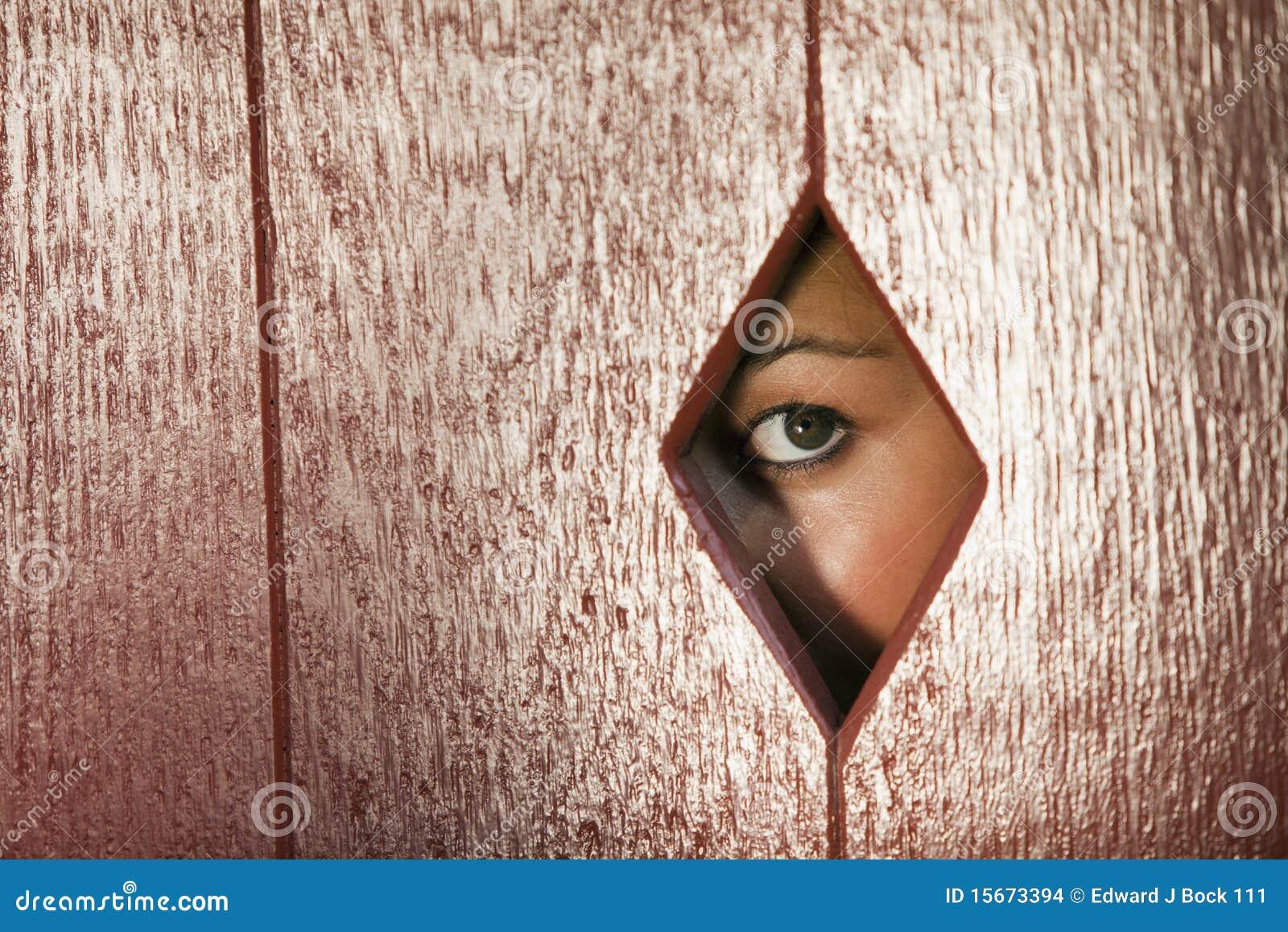 femme regardant par un trou dans le mur photo stock image 15673394. Black Bedroom Furniture Sets. Home Design Ideas