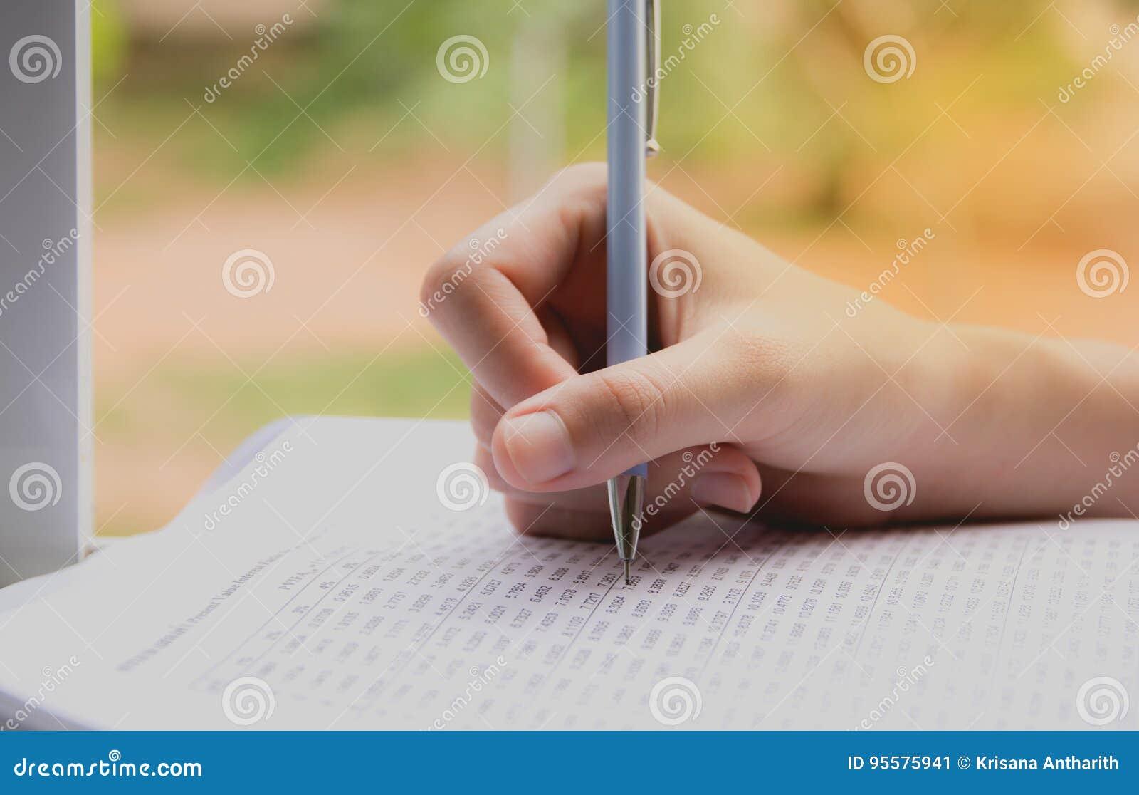Femme reposant et tenant une correction pour faire un examen