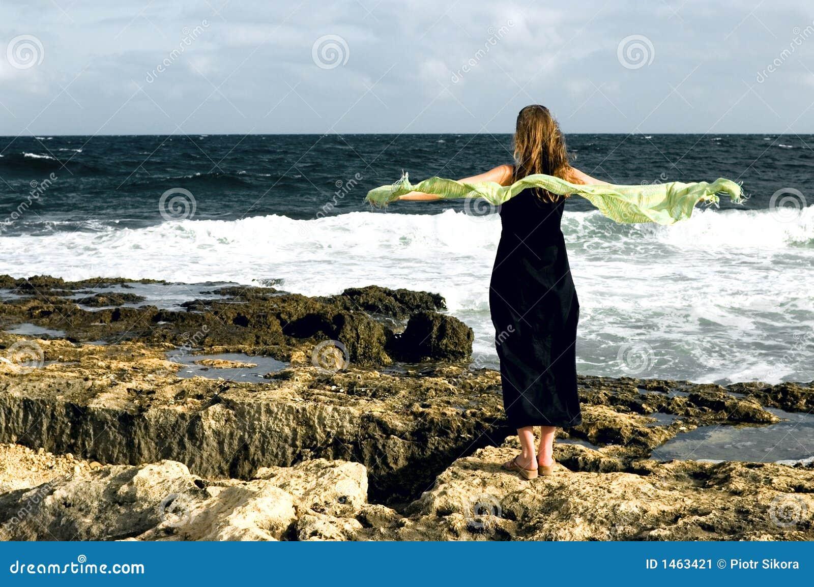 Femme restant au bord de la mer jour venteux image stock - Arbuste bord de mer ...