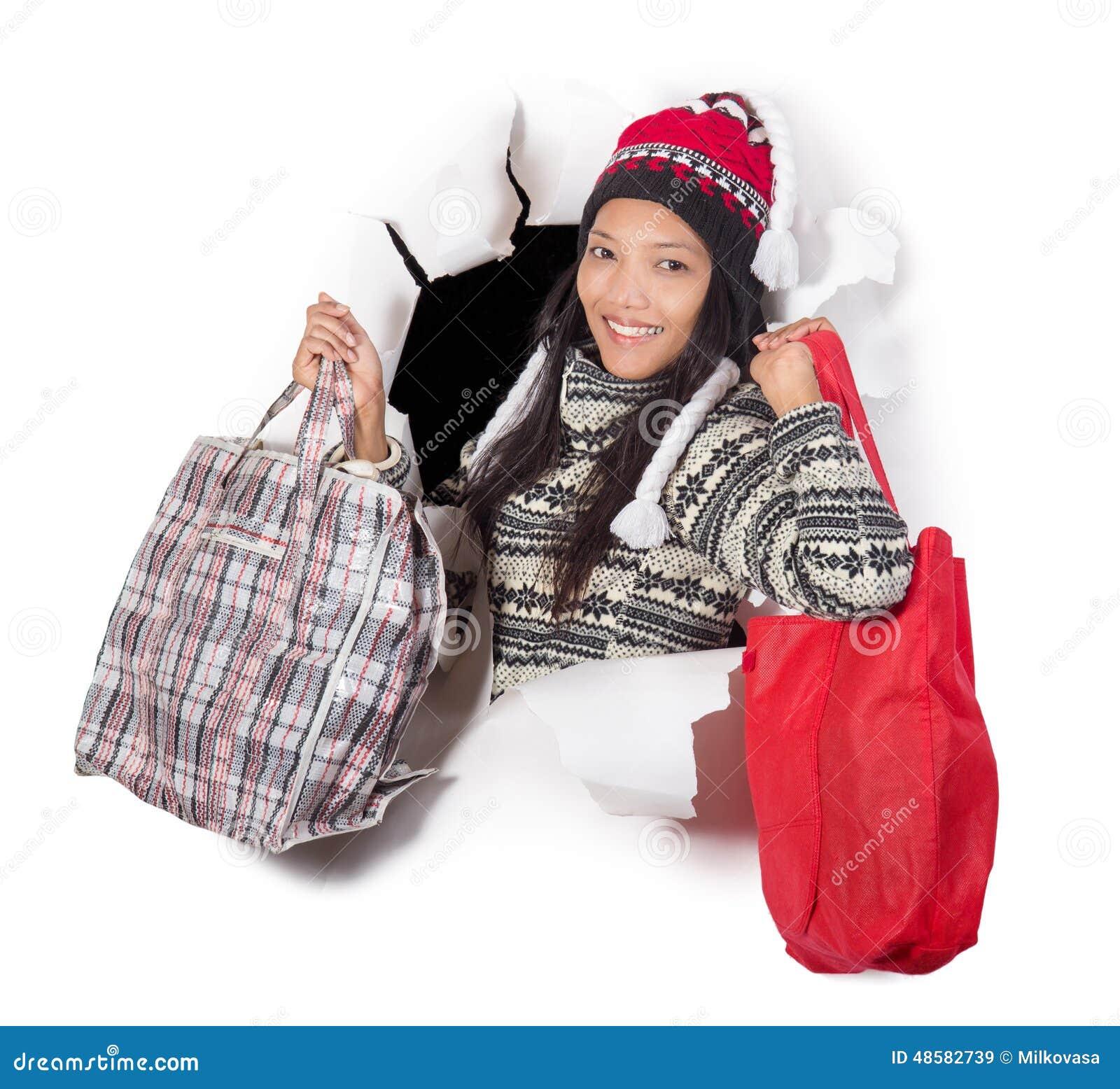 Femme retenant des sacs à provisions