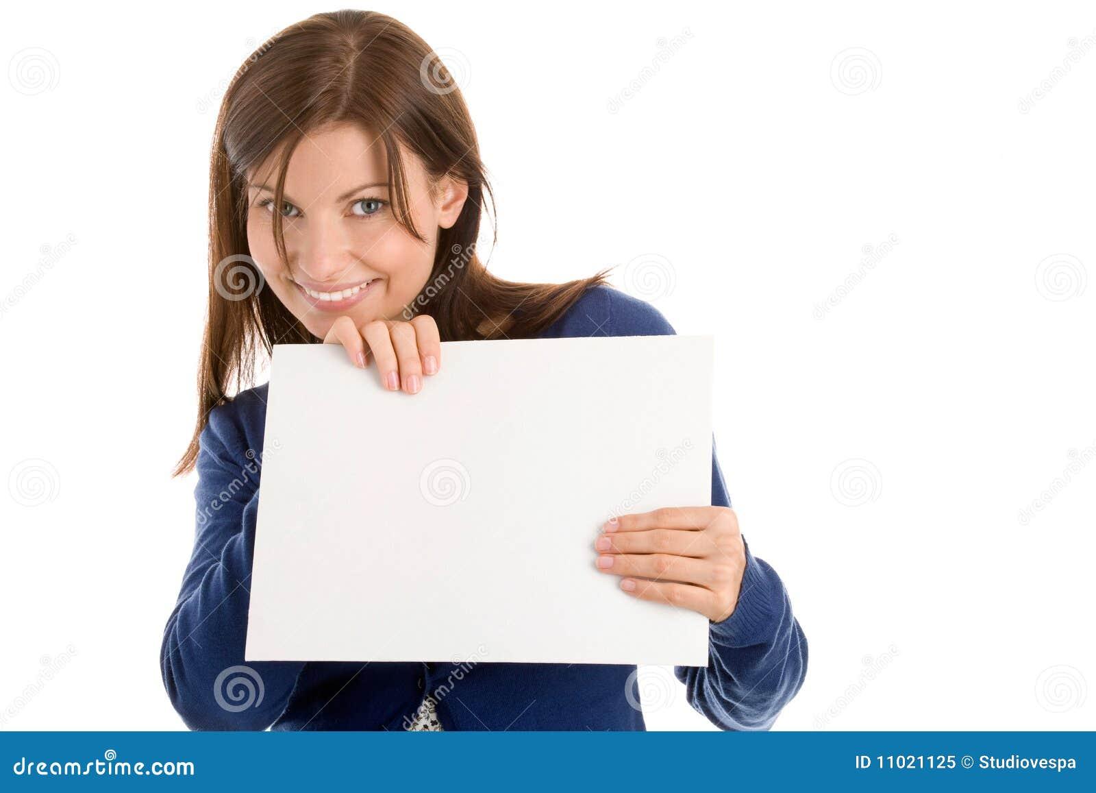 Femme retenant la carte vierge de note