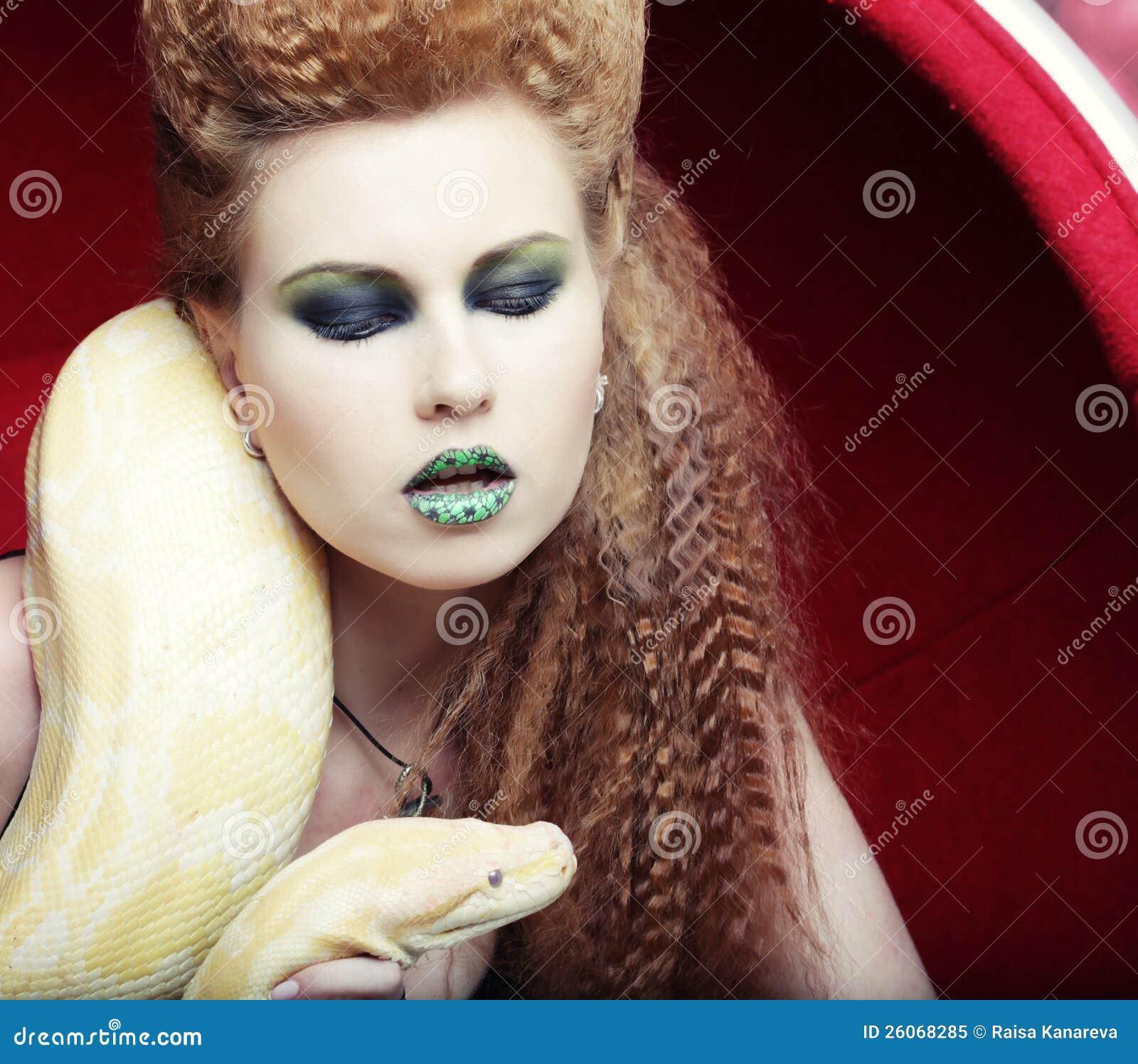 Femme retenant le python jaune