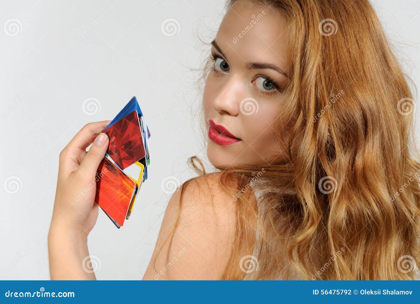 Femme retenant une carte en plastique