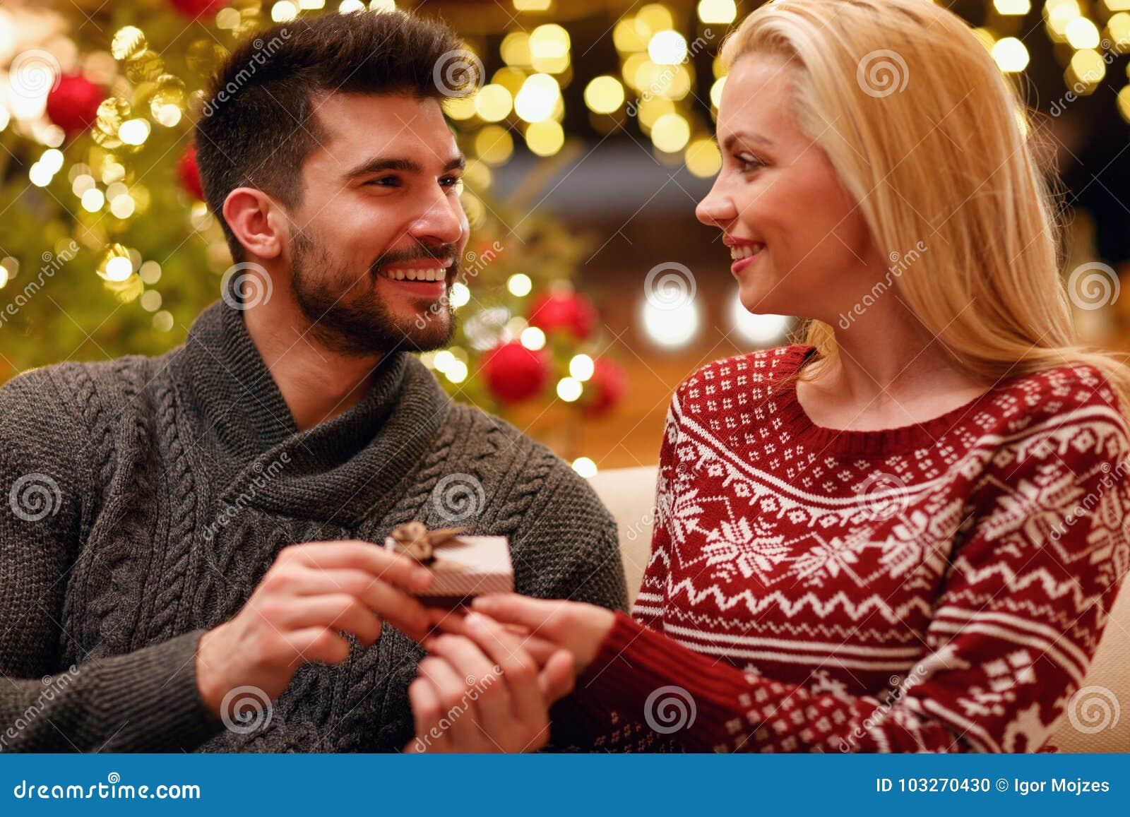Cadeau De Noel Romantique Pour Homme.Femme Romantique De Surprise D Homme Avec Le Cadeau Pour