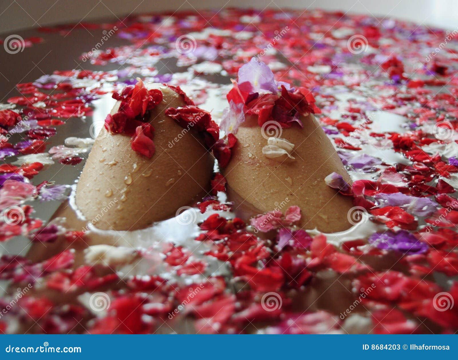 Femme rose de p tales de genoux de bain photos stock - Petale de rose bain ...