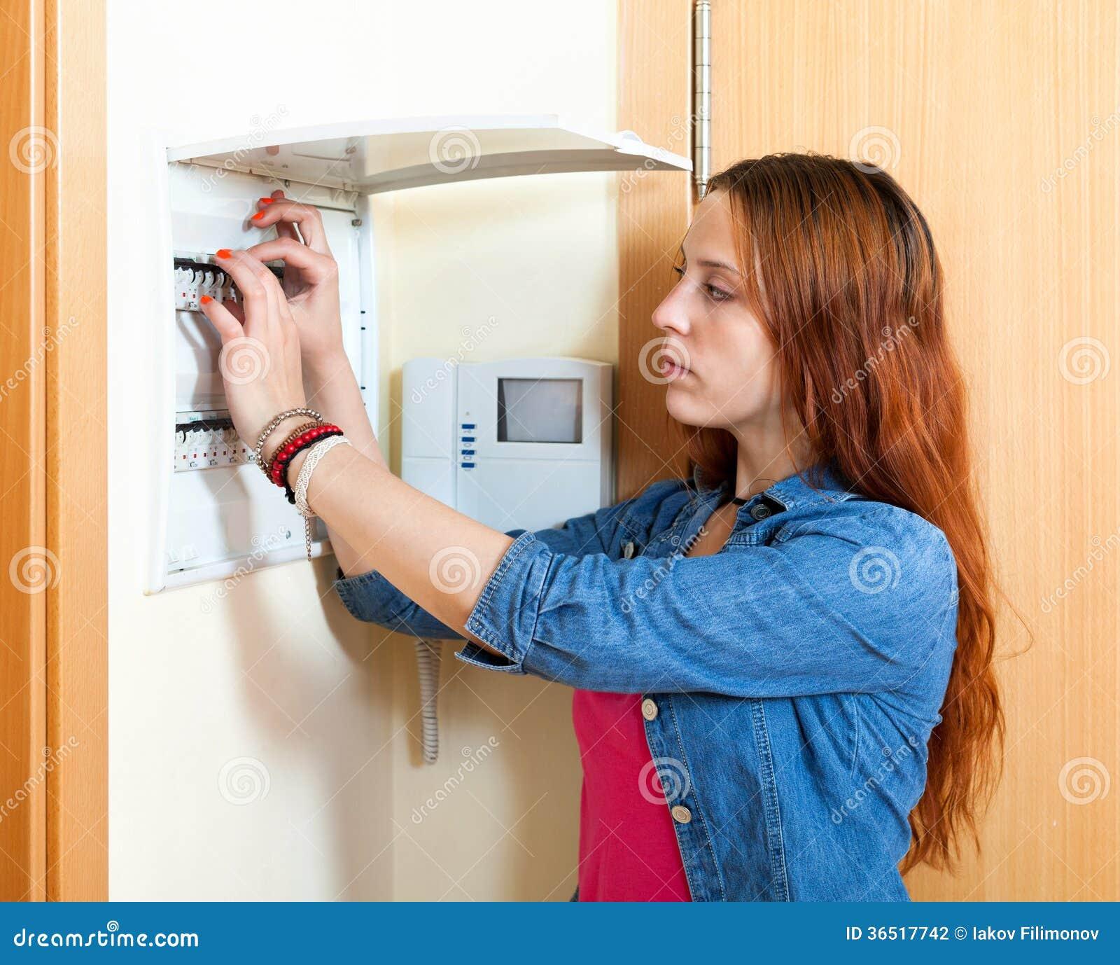 Femme sérieuse arrêtant l interrupteur de lampe
