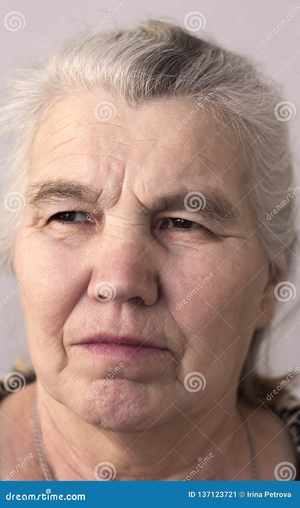 Femme sérieuse avec les cheveux gris sur sa tête