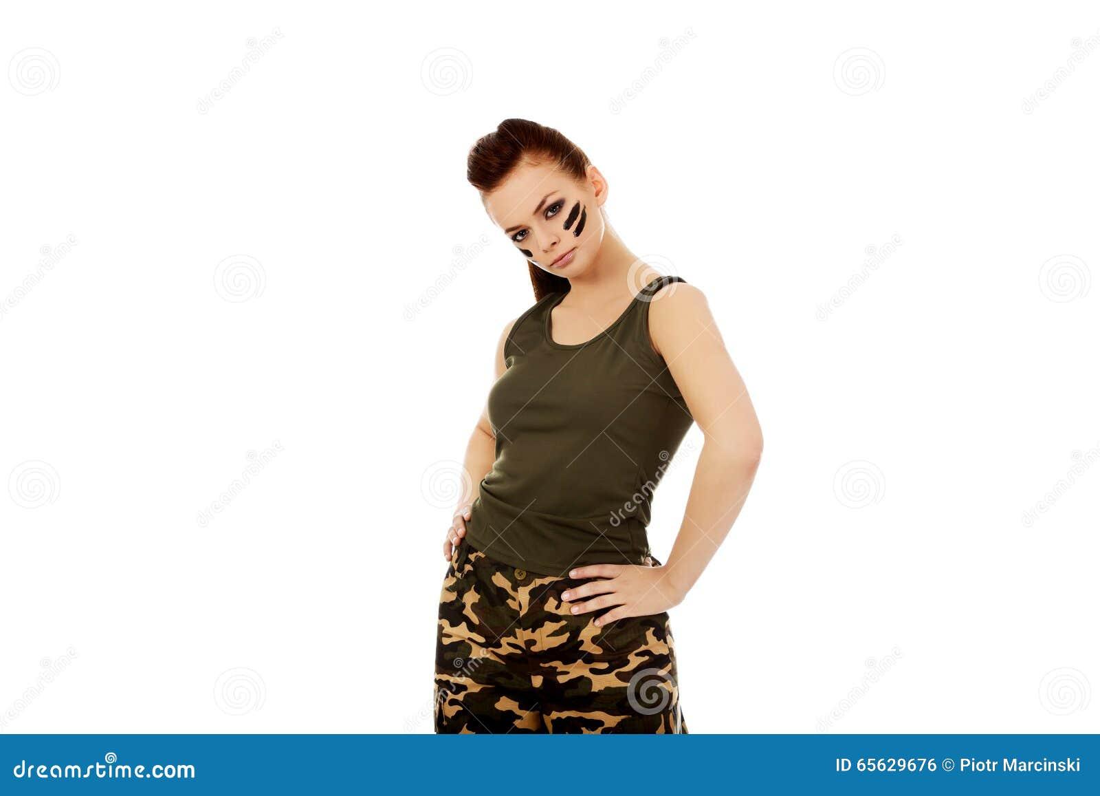 Femme sérieuse de jeune soldat de brune