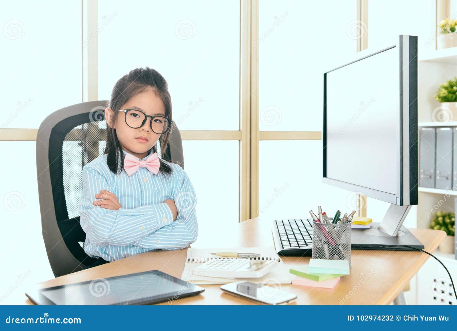 Femme sérieusement jeune d affaires de petits enfants