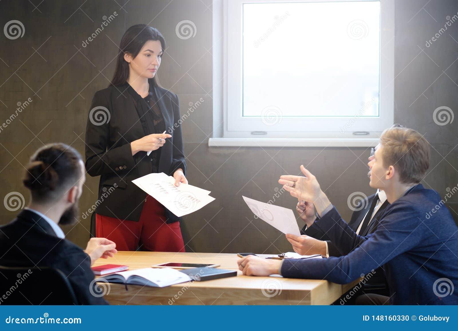 Femme sûre féminine réussie de chef de file des affaires