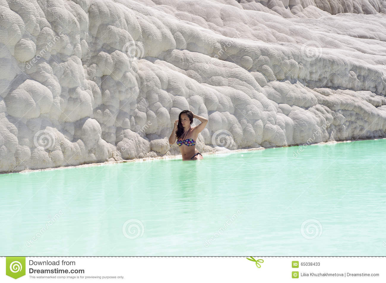 femme s 39 asseyant dans la piscine de travertin dans pamukkale turquie photo stock image 65038433. Black Bedroom Furniture Sets. Home Design Ideas
