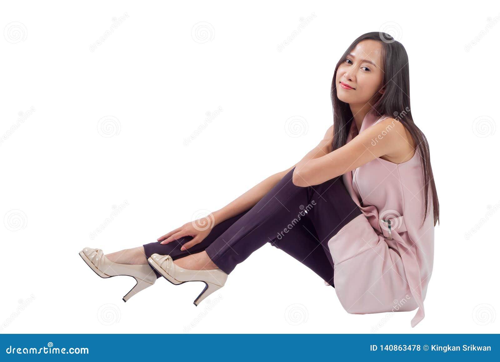 Femme s asseyant sur le fond blanc