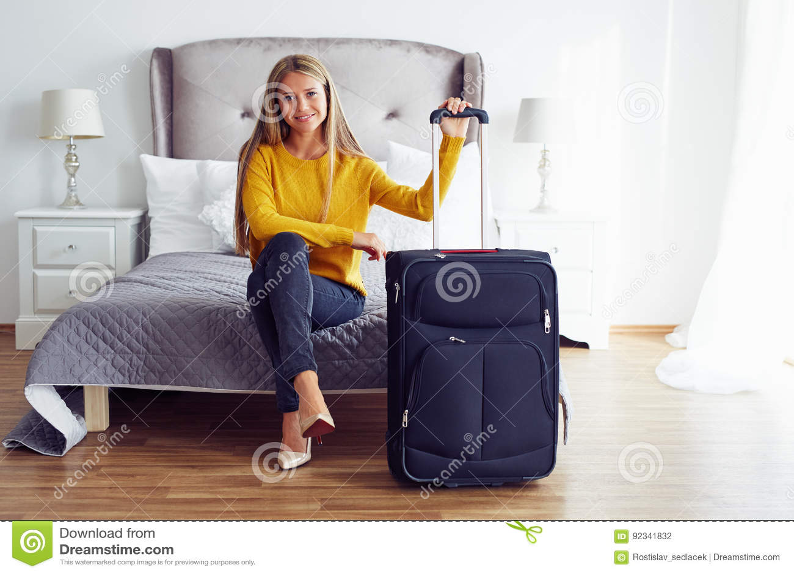 Femme s asseyant sur le lit dans une chambre d hôtel