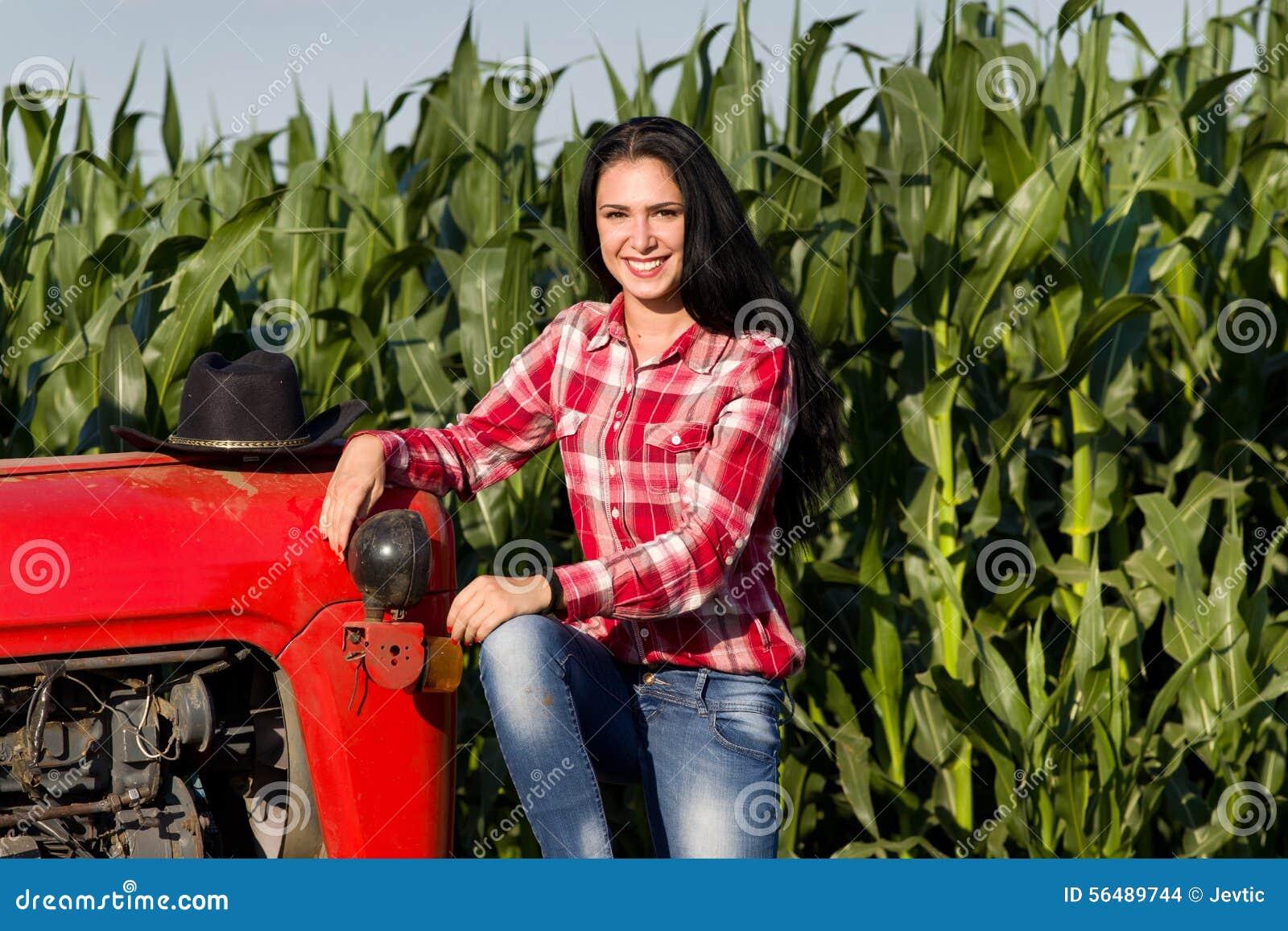 Femme s asseyant sur le tracteur dans le domaine