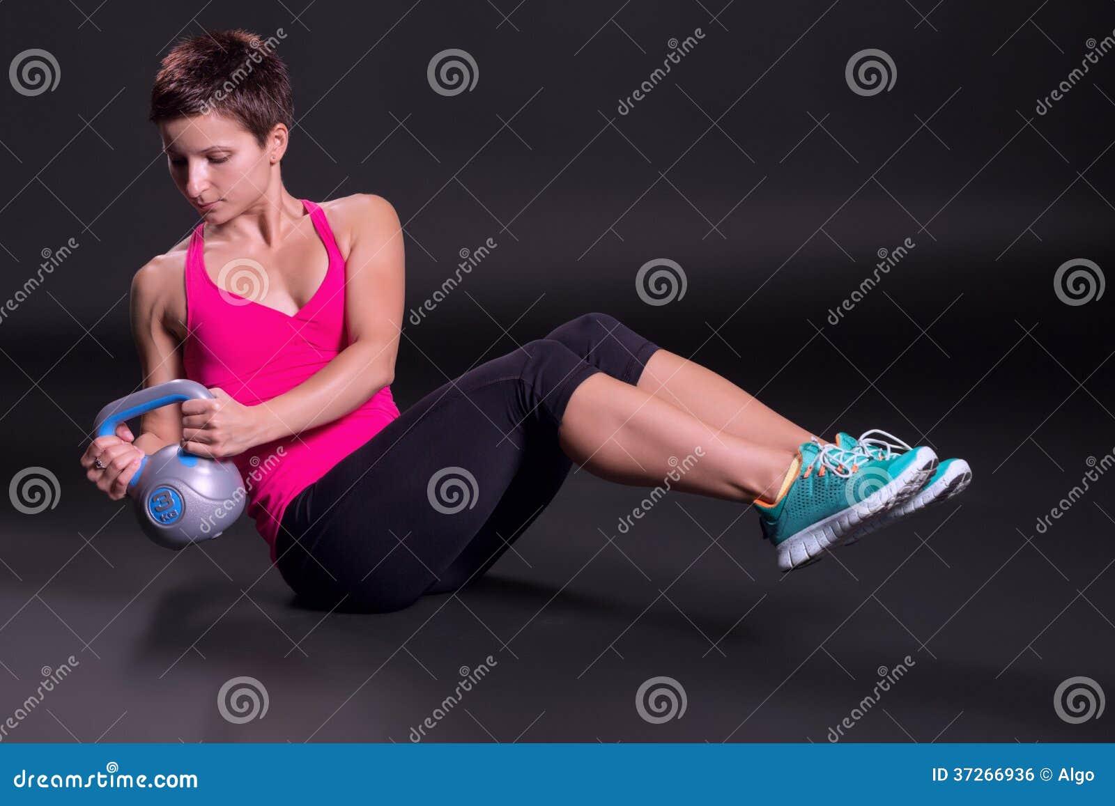 Femme s exerçant avec le kettlebell