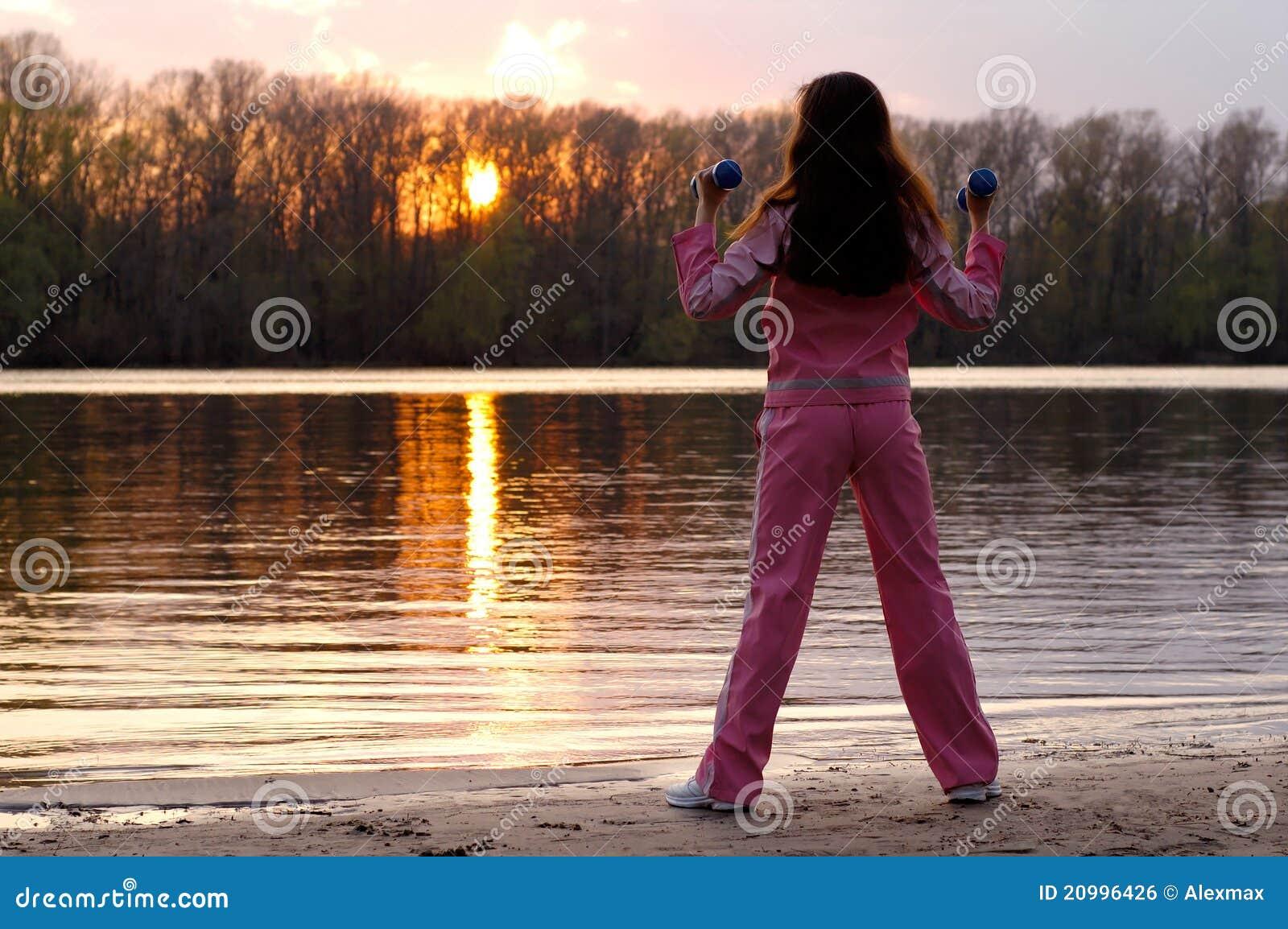 Femme s exerçant dans la nature