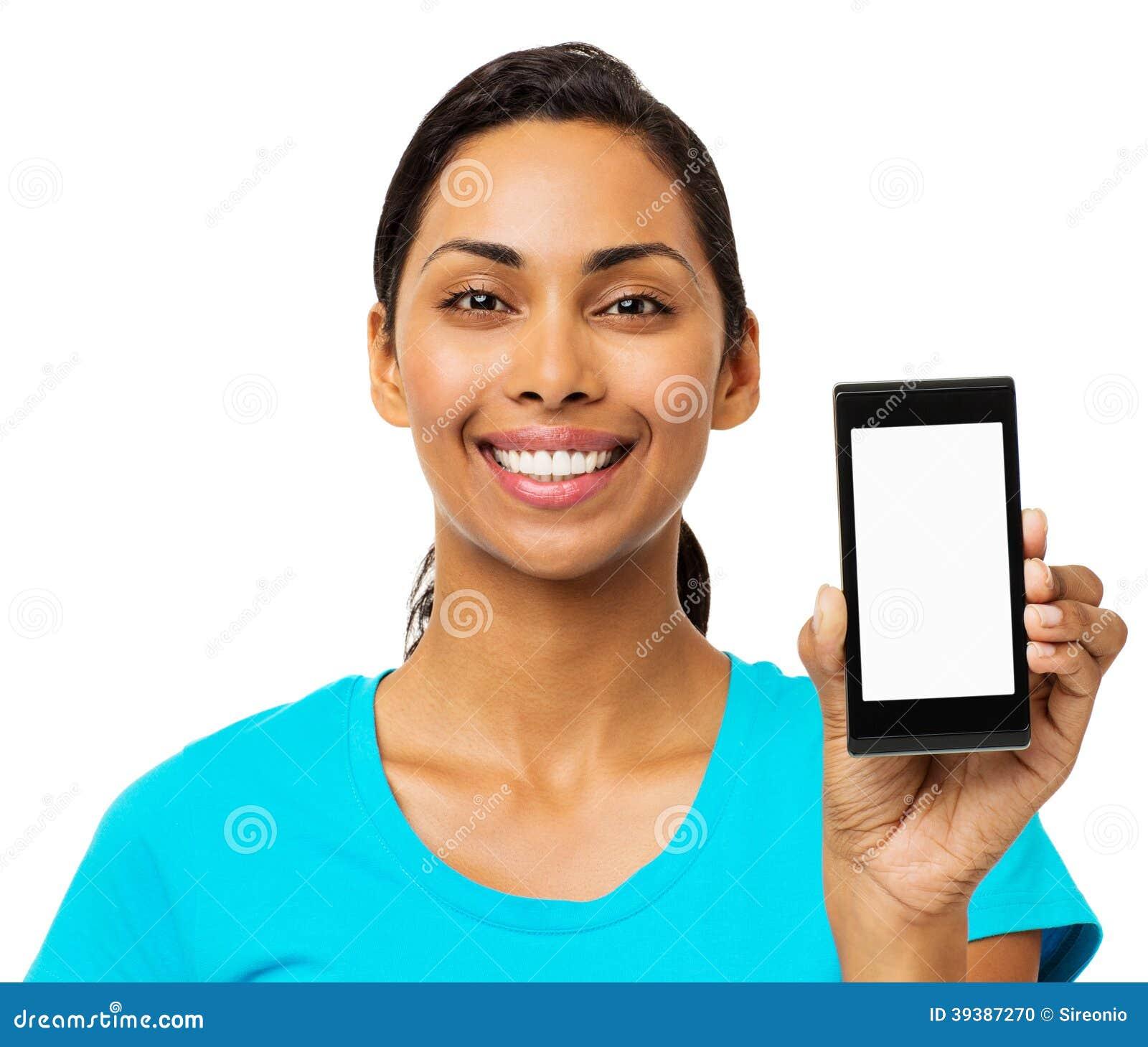 Femme sûre montrant le téléphone intelligent