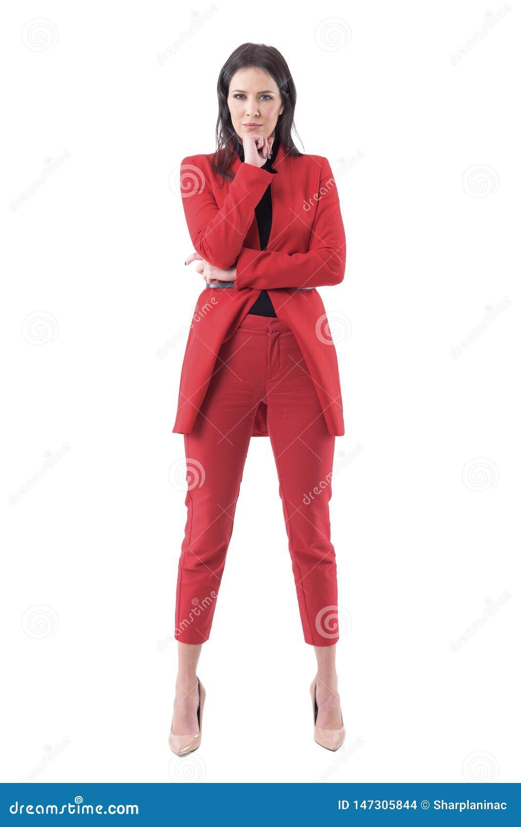 Femme sceptique méfiante sceptique d affaires regardant fixement la caméra avec la main sur le menton