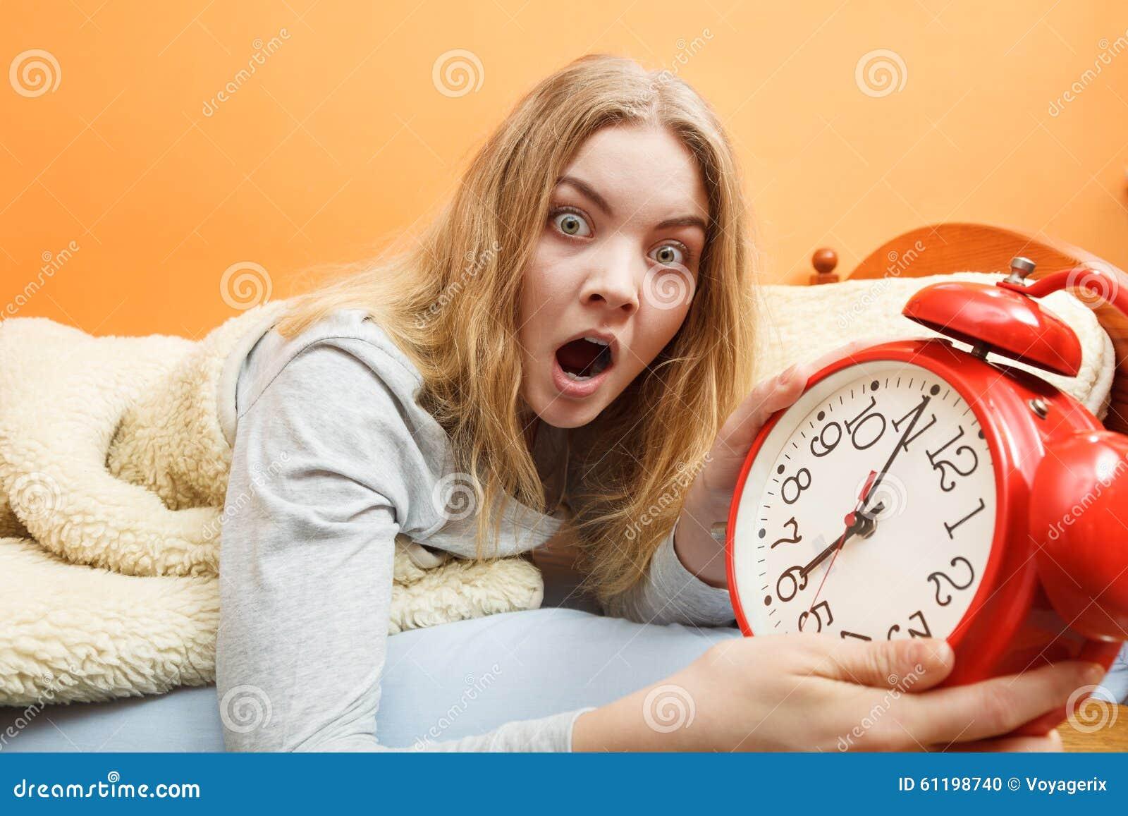 Femme Au Reveil femme se réveillant tard arrêtant le réveil photo stock - image du