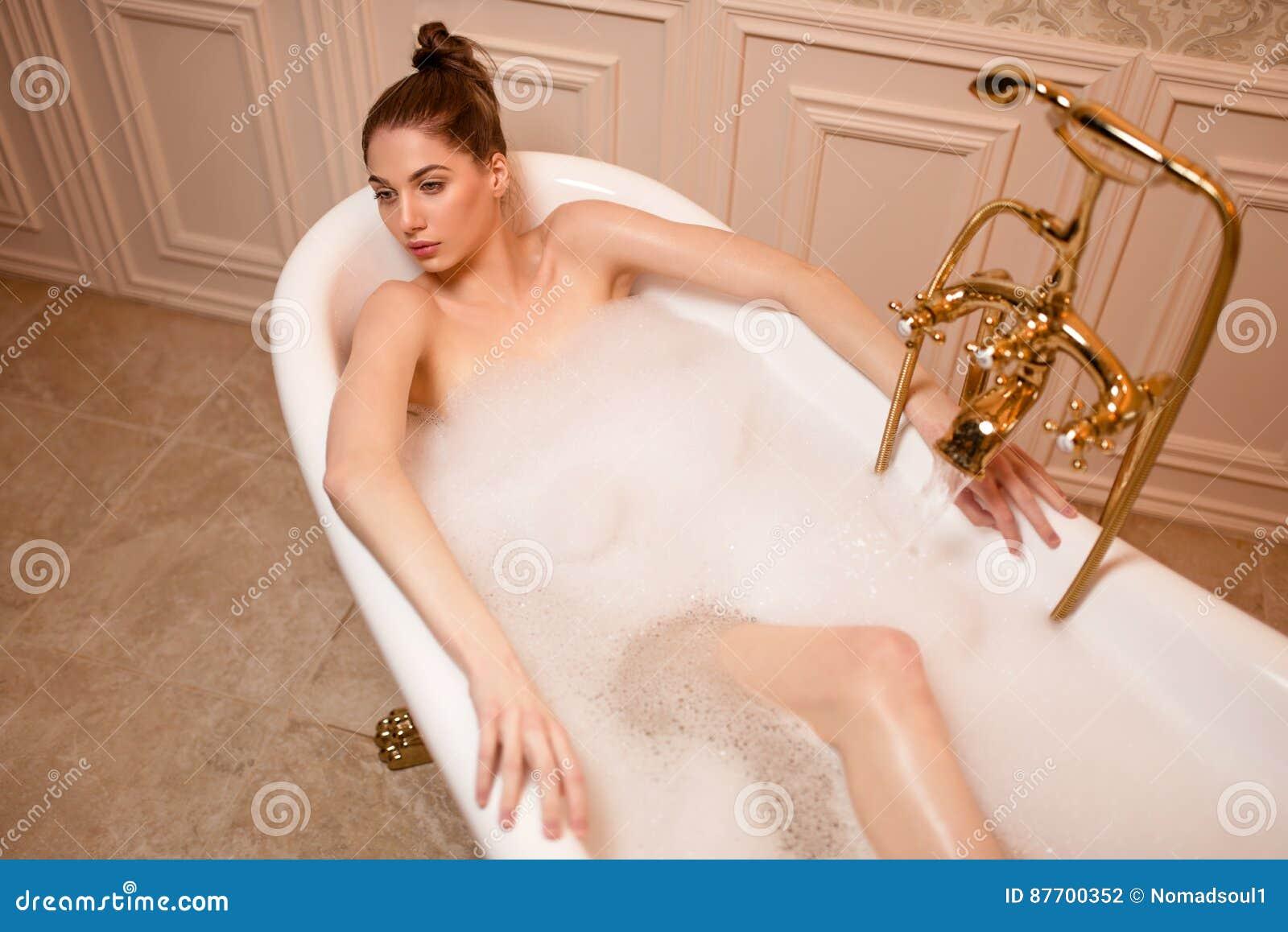 Femme se reposant dans la baignoire