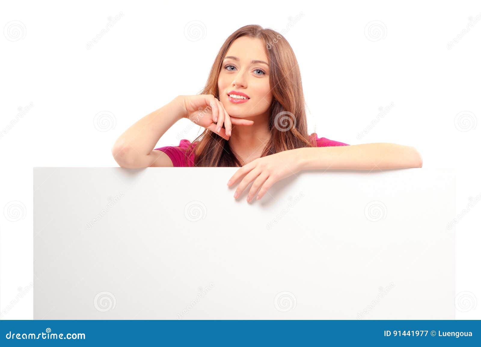 Femme se tenant derrière et se penchant sur un blanc blanc
