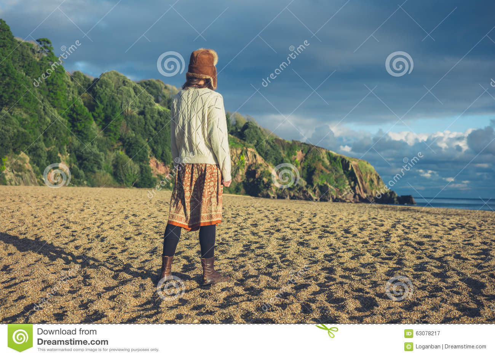Download Femme Se Tenant Sur La Plage Au Coucher Du Soleil Image stock - Image du nuage, côte: 63078217