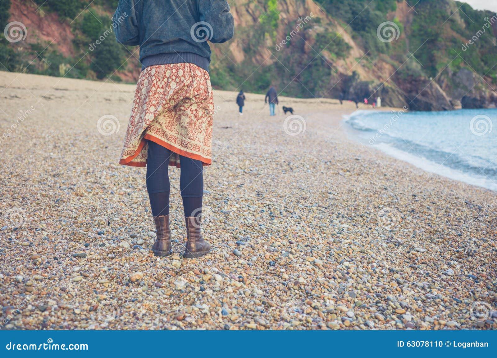 Download Femme Se Tenant Sur La Plage En Hiver Photo stock - Image du nature, femme: 63078110