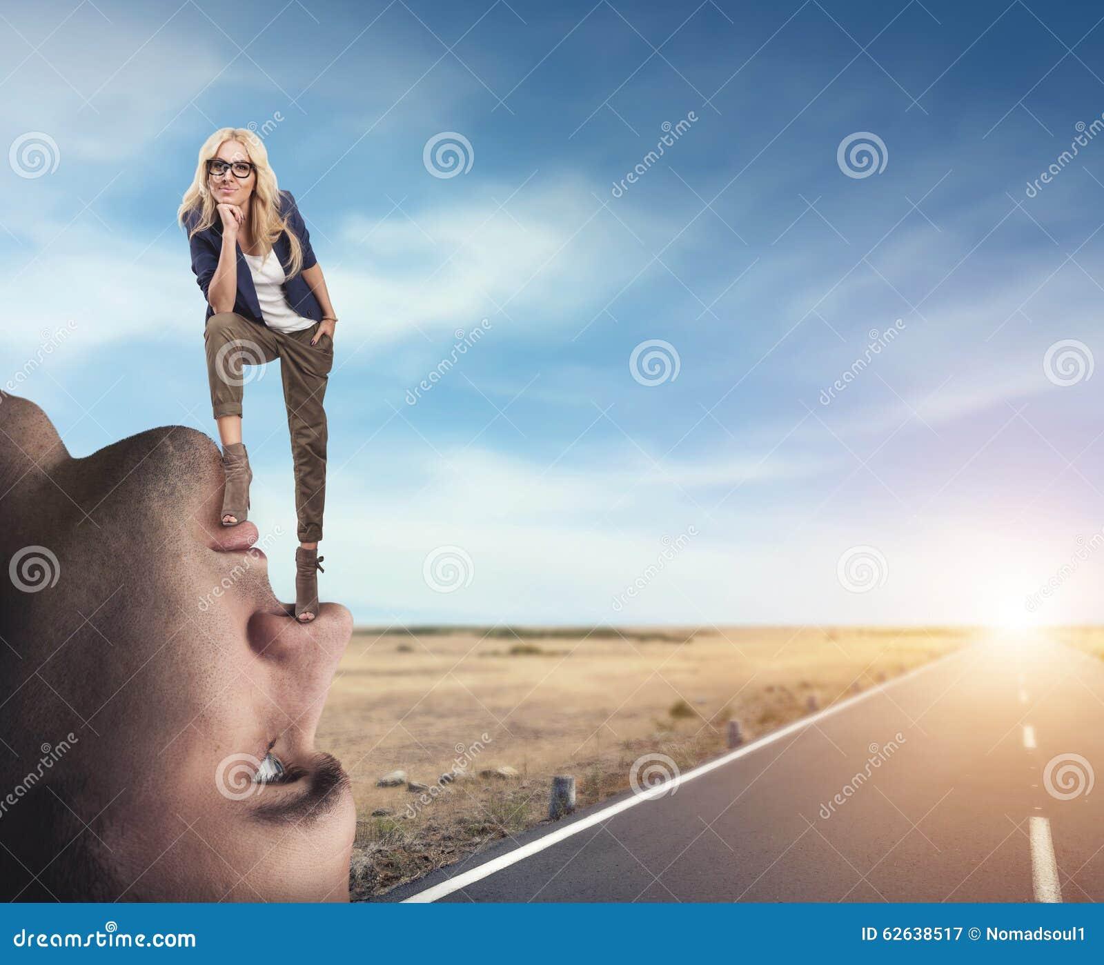 Femme se tenant sur le visage de l homme