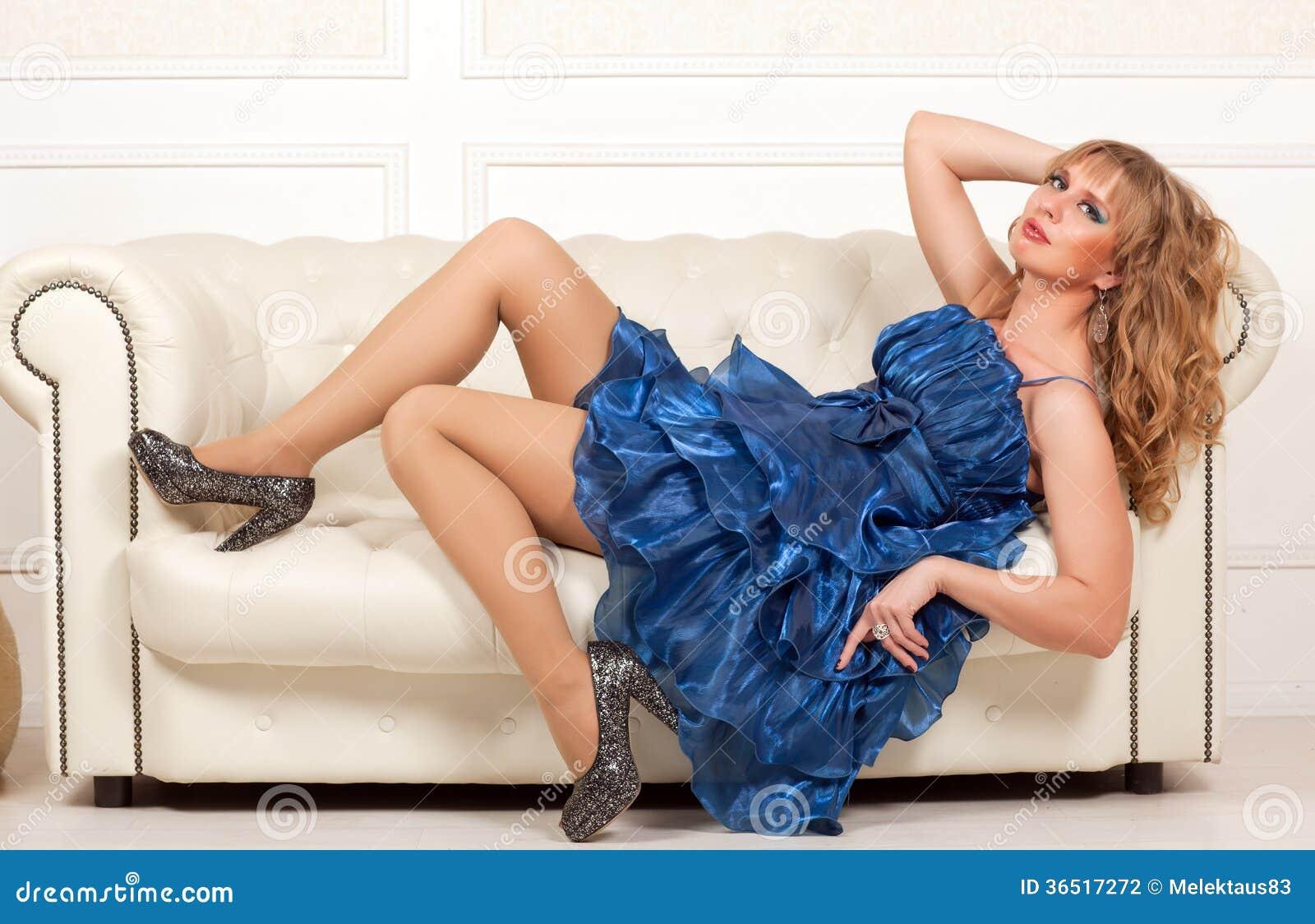 Femme se trouvant sur le sofa