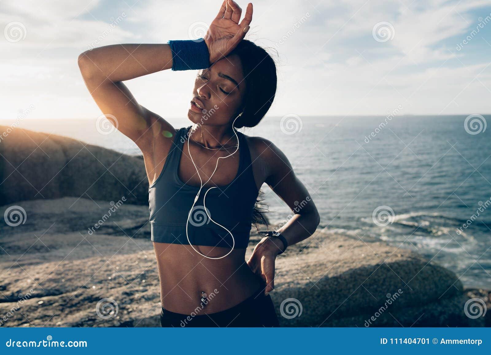 Femme semblant fatiguée après la formation physique intense
