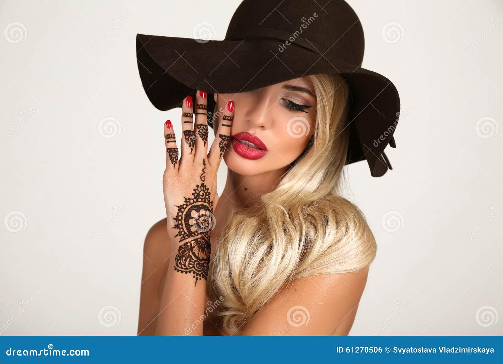 Femme sensuelle dans le chapeau noir l gant avec le tatouage de henn sur des mains photo stock - Tatouage femme sensuelle ...