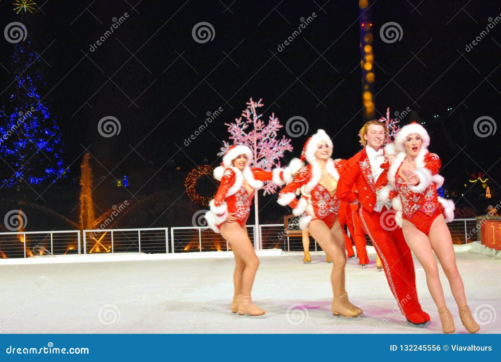 Femme sensuelle de Santa patinant avec l homme professionnel à Noël sur le spectacle sur glace dans la région internationale d en
